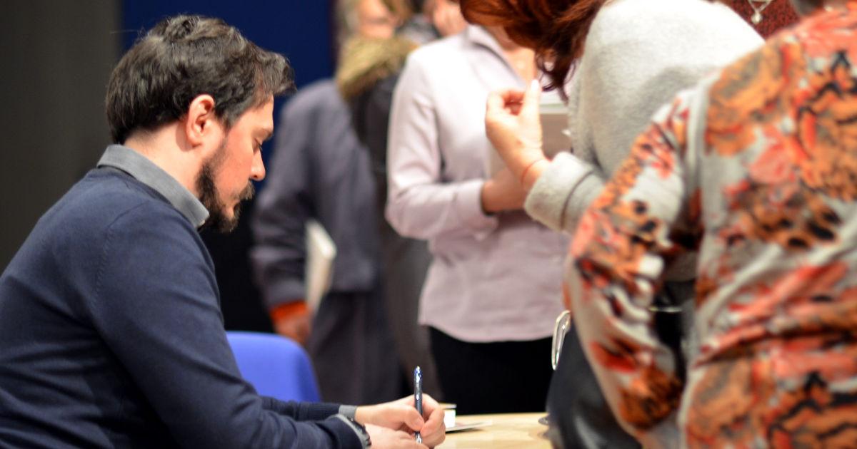 Grzegorz Kulik podpisuje egzymplorze Małego Princa
